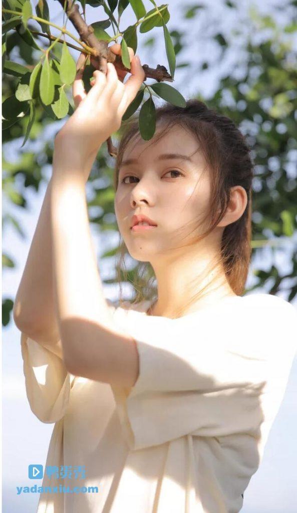 暖色阳光下漂亮年轻清纯美女照片