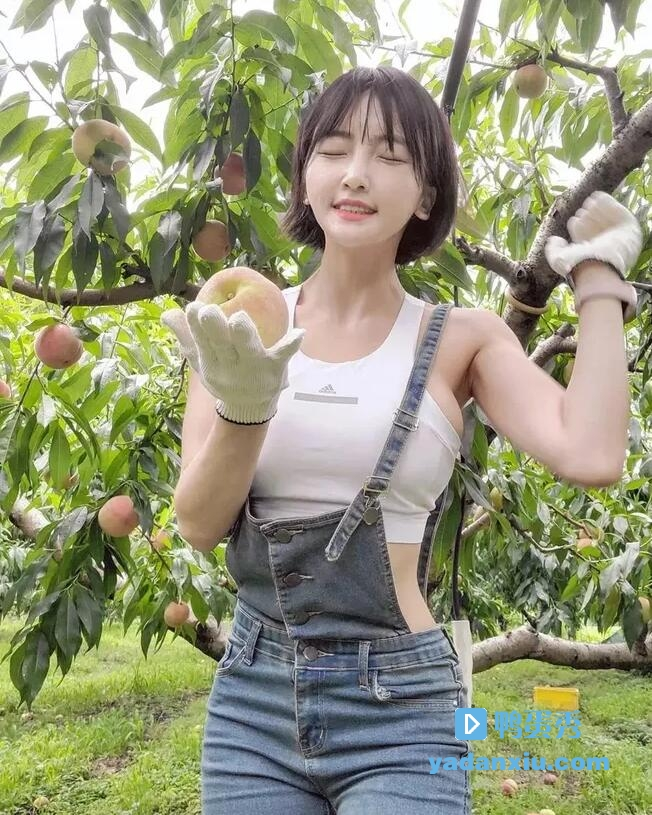 漂亮可爱萌妹子运动装背带裤果树下摘桃子生活照