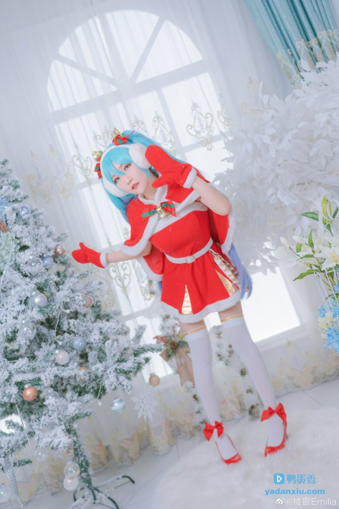 站在圣诞树旁边的冬天初音未来