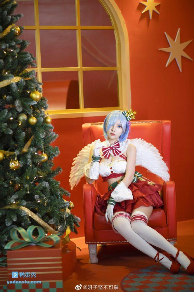 美女cosplay圣诞老人+雷姆还带天使翅膀真性感