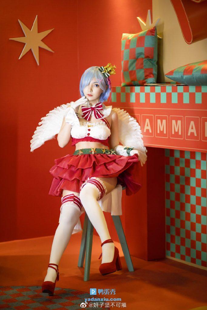 天使版美女cosplay圣诞老人