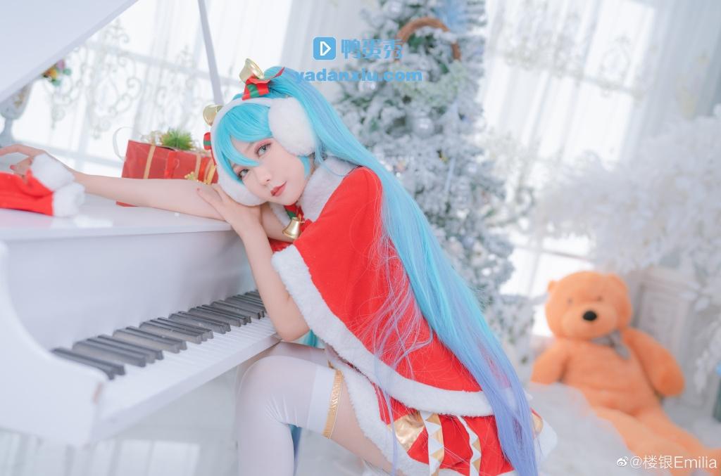 弹钢琴的初音未来cosplay
